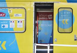 Le train du Climat à la Gare de l'Est : deux doctorants de MINES ParisTech